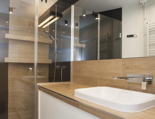 Łazienka z płytkami w czarno-biały wzór