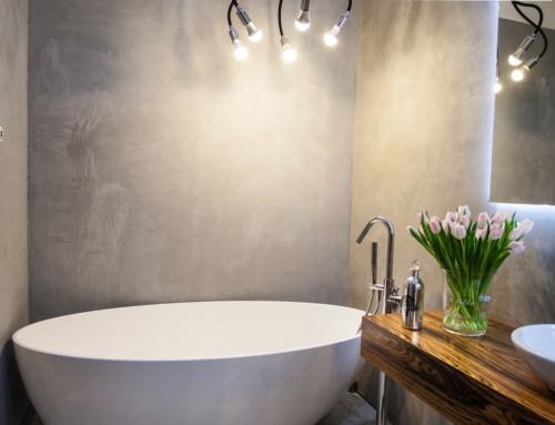 Realizacja łazienki z wanną wolno-stojącą i betonem